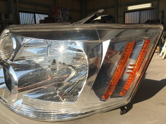 クラック除去中のトヨタアルファードのヘッドライトの状態5