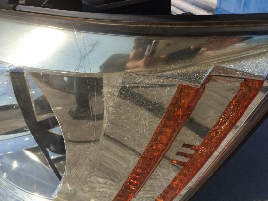 クラックの発生したトヨタアルファードのヘッドライトの状態1