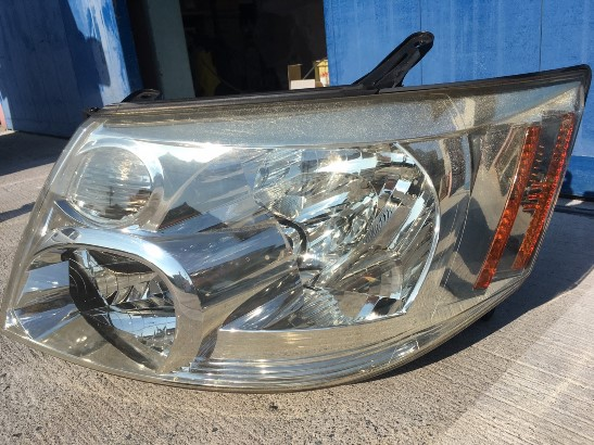 クラックの発生したトヨタアルファードのヘッドライトの状態3