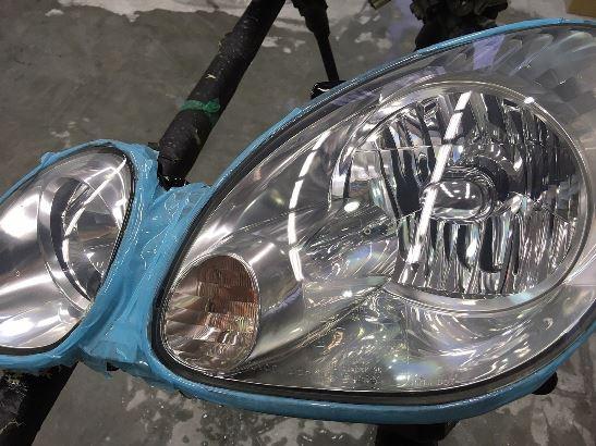 トヨタアリストのヘッドライト黄ばみ除去後のクリア塗装が終わった状態1