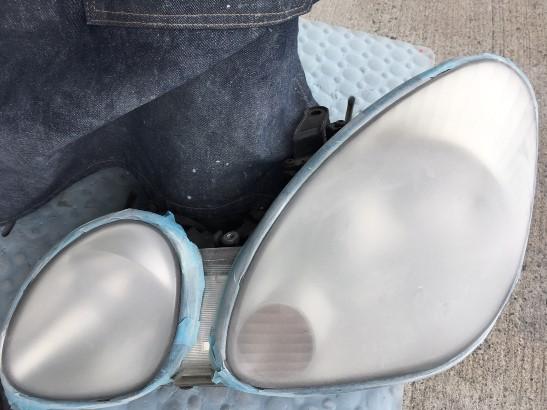黄ばみ除去作業中のトヨタアリストのヘッドライトの状態1