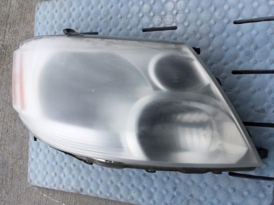 黄ばみ除去中のトヨタアルファードのヘッドライトの状態