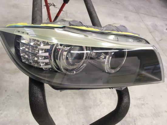 黄ばみ除去後クリア塗装を施したBMWのヘッドライトの状態