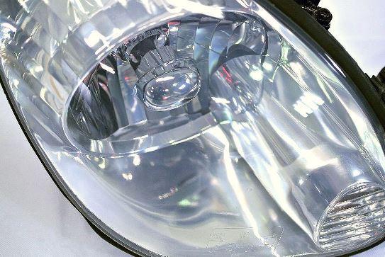 ヘッドライト黄ばみ除去作業が完成したトヨタアリストのヘッドライトの状態1